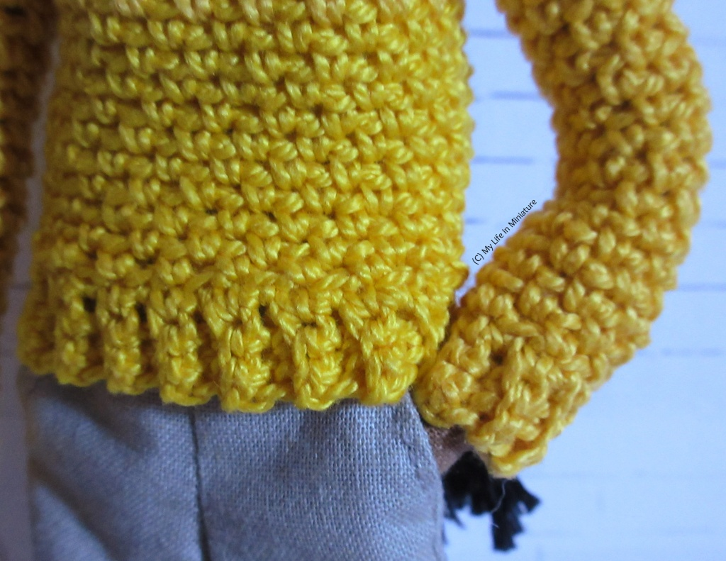 Close-up of the ribbing on the bottom hem of the jumper and one sleeve.